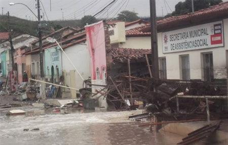 Temporal em Lajedinho deixa 16 mortos e um desaparecido (Foto: Correio da Chapada)