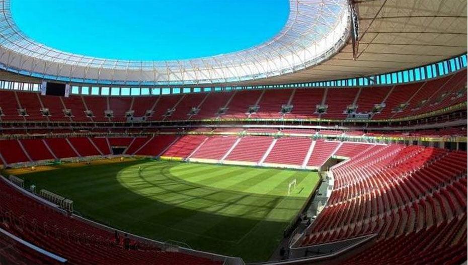 O Mané Garrincha, em Brasília, não terá grandes utilidade após a Copa do Mundo. Sem times de grande expressão, a cidade aposta no Mengão, que já atuou por lá contra Santos e São Paulo em 2013   Foto: DJALMA VASSÃO/Gazeta Press