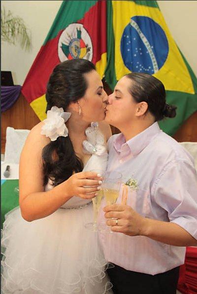 Mariana da Silva Maciel, 28, e Daniela dos  Santos Rodrigues,  24, que assumiu o sobrenome da companheira, oficializaram o relacionamento em março no fórum de Livramento | Foto: Daniel Badra/Divulgação