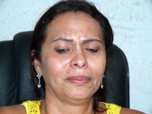 Carmélia se emociona e vai às lágrimas | Foto: Eduardo Lena/Nova Fronteira