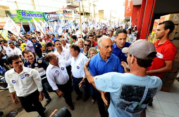 Paulo Souto caminha pelas ruas de Barreiras   Foto: Valter Pontes