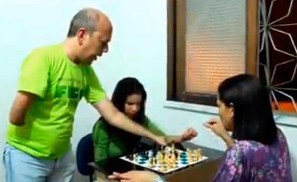 Professor Ailton ensina o xadrez aos seus alunos | Foto: Rava Midlej