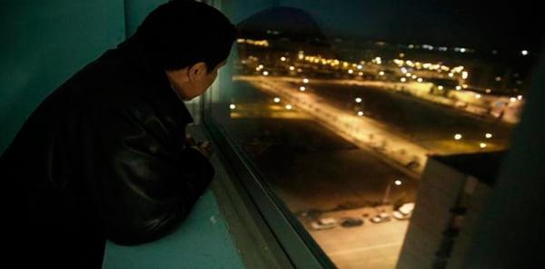 Muitos se debruçam na janela com  olhares perdidos sem saber o que fazer | Foto: Sandra Cristina/Fala Barreiras
