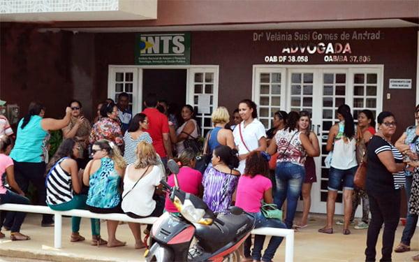 Funcionários demitidos em frente ao INTS de Barreiras | Foto: Portal rb.am.br