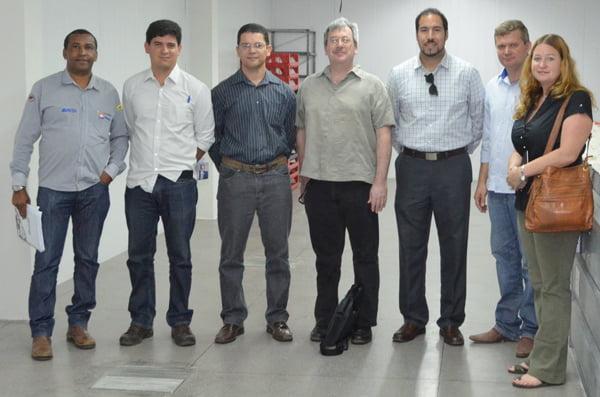 Representantes da Abapa, USDA e Conab no Laboratório de Análise de Fibras da Abapa | Foto: Virgília Veira