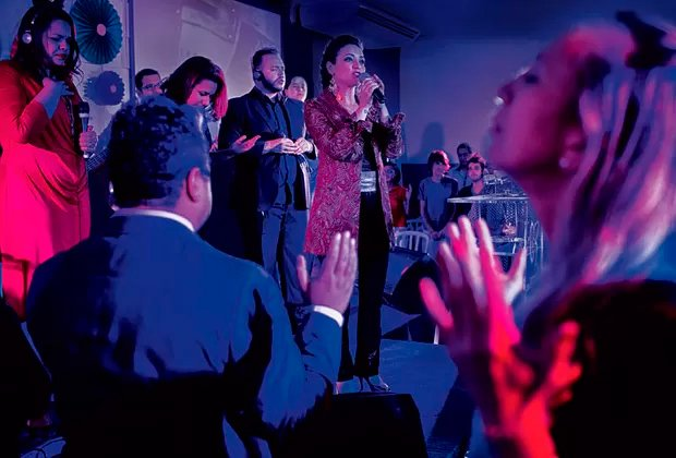 Em noite de culto na Avenida São João, em São Pauo, Rosania canta para os fiéis   Foto: Lalo de Almeida/Marie Claire