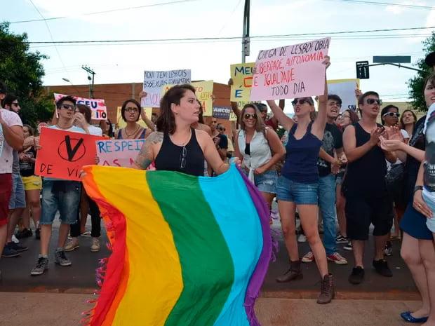 Protesto contra homofobia reuniu cerca de 50 manifestantes em frente a bar | Foto: Fernanda Testa/G1
