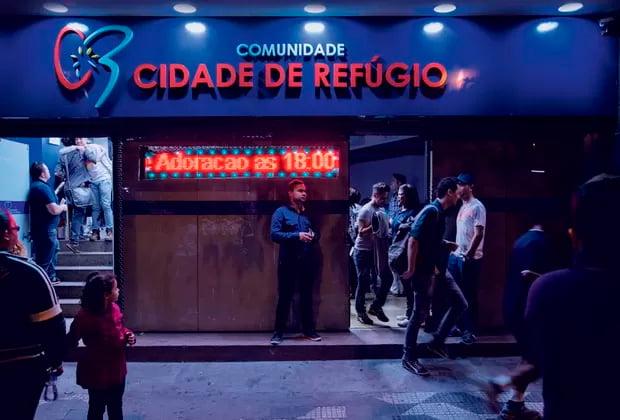 Agito na porta da igreja, no centro de São Paulo   Foto: Lalo de Almeida/Marie Claire
