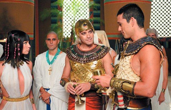 Nefertari (Camila Rodrigues) e Simut (Renato Livera) recebem Moisés (Guilherme Winter) e Ramsés (Sérgio Marone) com festa, após batalha   Foto: Divulgação/TV Record