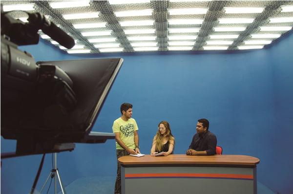 Acadêmicos de Produção Audiovisual em atividade no Laboratório Audiovisual TV da Fasb | Foto: Araticum