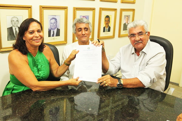 Carmélia da Mata, presidente do Sindisemb, Paê, vice-prefeito e Antônio Henrique, prefeito de Barreiras | Foto: Dircom Barreiras