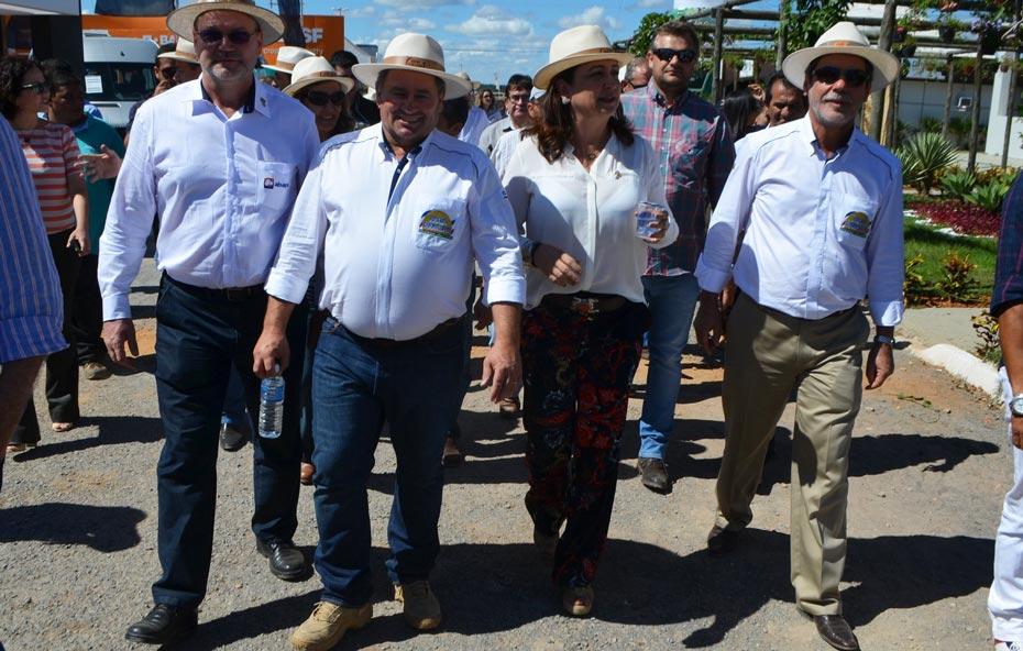 A ministra visitou os estandes acompanhada dos produtores   Foto: Virgília Vieira