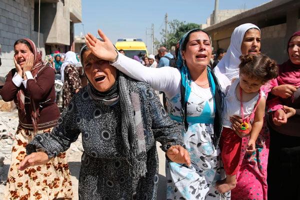 Mulheres sírias em luto após receberem a notícia da morte de uma família que tentava fazer a travessia até a Grécia de barco | Foto: Reprodução http://prd.thumbor.app.pop.com.br/