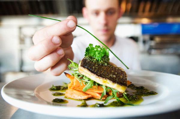 Cozinheiro chefe é uma das oportunidades oferecidas pelo Sinebahia/Barreiras | Foto: Reprodução http://i.huffpost.com/
