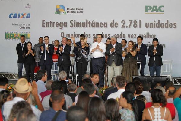 A presidente Dilma Rousseff entregou as chafes para os beneficiários do novo bairro barreirense   Foto: Mateus Pereira/GovBA