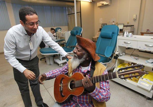 Bule-Bule e o diretor da Fundação Hemoba, Marinho Marques da Silva Neto | Foto: Elói Corrêa
