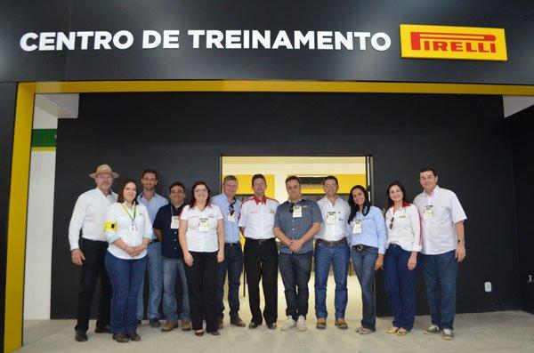O presidente da Abapa, Celestino Zanella, com parceiros da ação, no Laboratório de Pneus da Pirelli instalado no Centro de Treinamento | Foto: Virgília Vieira/Ascom Abapa