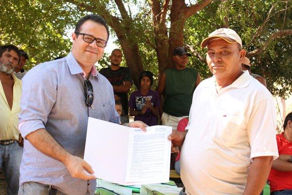 O secretário de Agricultura do município, Jeonásio Carvalho, fazendo entrega do certificado a um agricultor familiar   Foto: Ascom LEM
