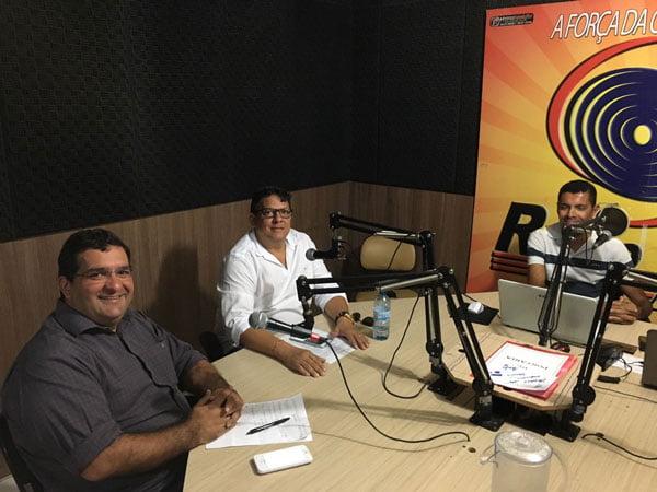 O deputado na companhia do Secretário de Saúde, Francisco Vitória em entrevista ao apresentador Edivaldo Costa na Rádio Vale, em Barreiras | Foto: Divulgação