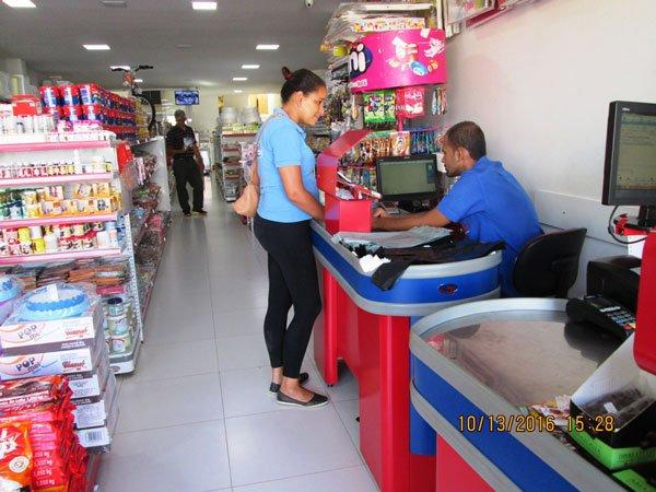 Mobilização no centro comercial para orientação do uso da rede de esgoto | Foto: Divulgação