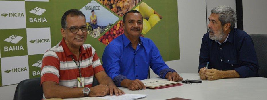 Após posse, Santos (ao centro) reúne-se com o superintendente Hélder Almeida (à direita)   Foto: Divulgação