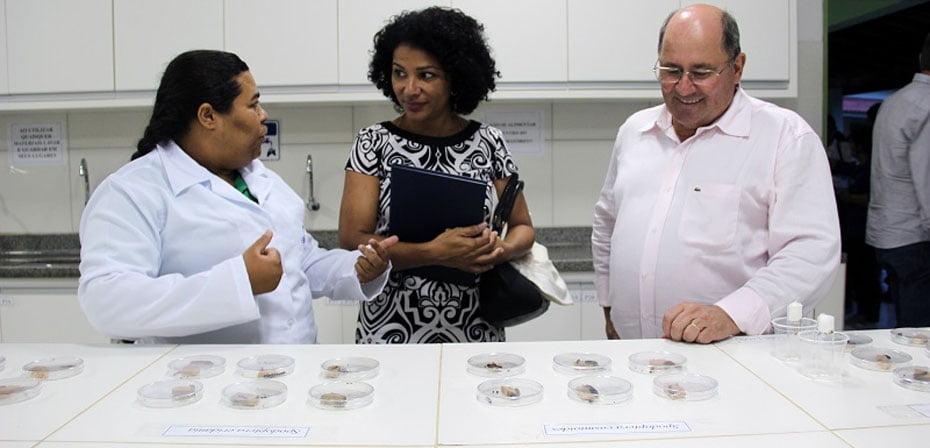 Marli Pereira, auditora fiscal do MTE, visita laboratório da Fazenda Modelo   Foto: Ascom Aiba