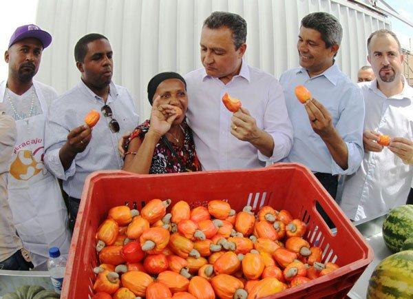 Governador Rui Costa com agricultora | Foto: Manu Dias/GOVBA